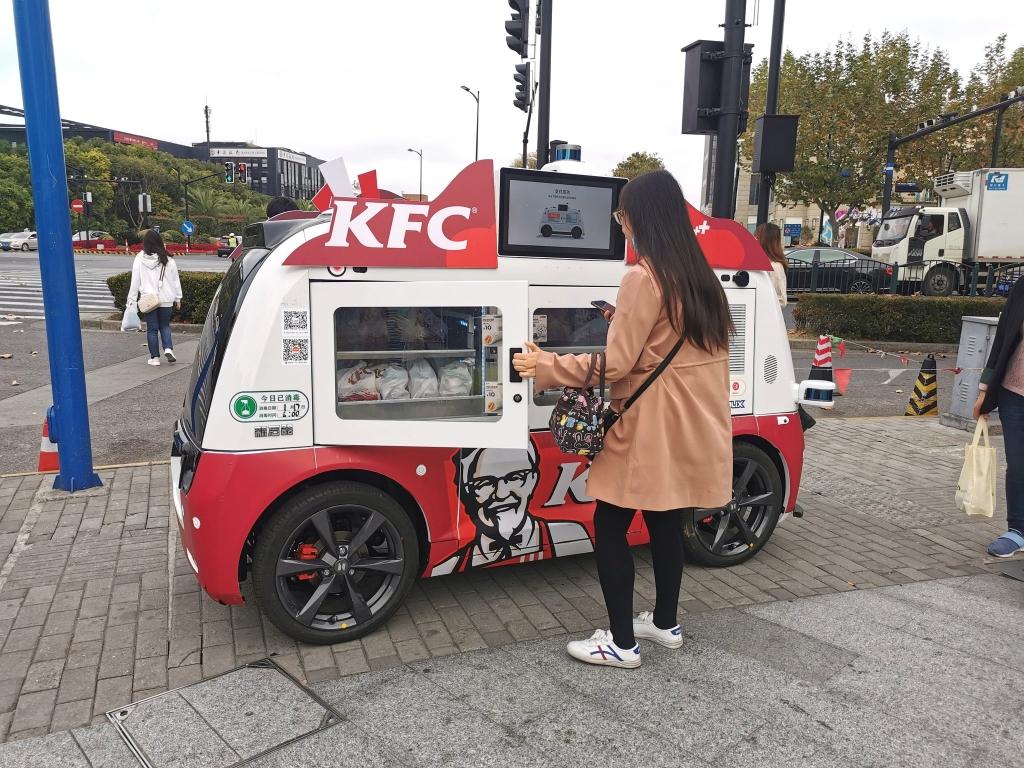 Cliente se servant à un food truck KFC