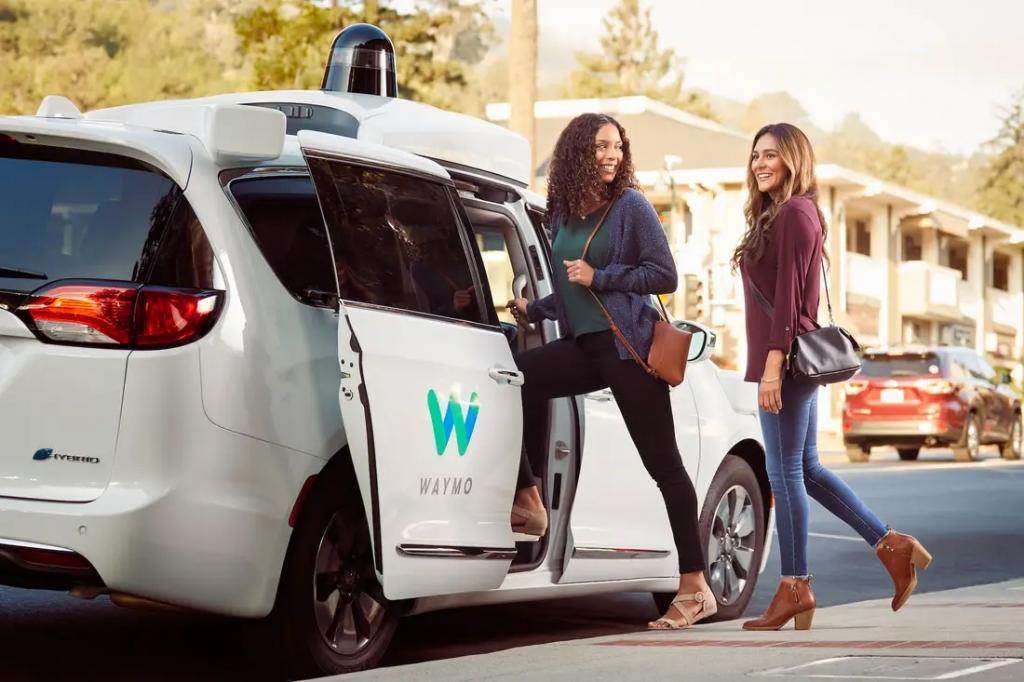 Une voiture autonome Waymo recevant des passagères